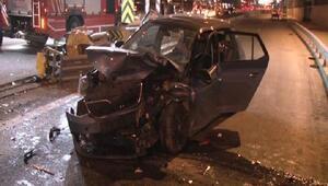 Kadıköyde otomobil bariyerlere çarptı: 2 yaralı