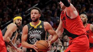 Step Curry çaldı, bitirdi