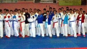 Karateciler okulları için tekmelerini kaldırdı
