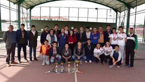 Genç tenisçiler ödüllendirildi