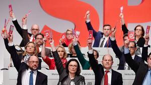 Oylama öncesi SPD ikiye bölündü