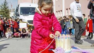 Çankırılı anasınıfı öğrencileri Suriyeli çocuklara atkı ördü