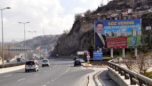 4 ay önce istifa eden Gökçekin reklam afişleri dikkat çekiyor