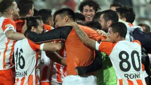 Adana derbisinde gülen Adanaspor