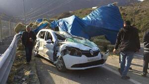 Ot yüklü kamyon, otomobilin üzerine devrildi: 4 yaralı
