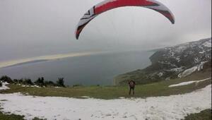 Kar manzaralı yamaç paraşütü keyfi