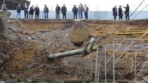 Ferizlide istinat duvarı çöktü; elektrik direği devrildi