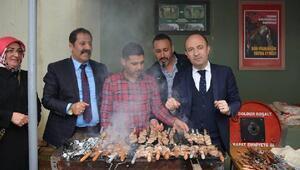 Erzurumlu Kaymakamdan askerlere cağ kebabı ikramı