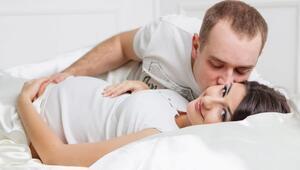 Hamilelikte cinsel ilişkiye girilir mi Gebelikte cinsel ilişki bebeğe zarar verir mi