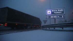 Bolu Dağında yoğun kar yağışı ulaşımı aksatıyor
