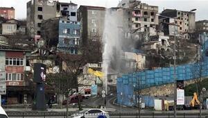 Beyoğlunda su borusu patladı... Tazyikli su 30 metre yükseldi