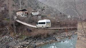 Bu köye kapısı olan asma köprüden geçilerek giriliyor
