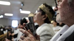ABDde kilisede silahlarla ayinden fotoğraflar