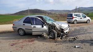 Kamyonet ile otomobil kafa kafaya çarpıştı: 4 yaralı