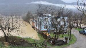 Bartında yükselen baraj suları nedeniyle evleri su bastı
