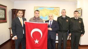 Vali, jandarma erin Türk bayrağı hassasiyetini ödüllendirdi