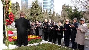 Fotoğraflar // Gazeteci Çetin Emeç mezarı başında anıldı