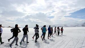 Buzla kaplı Çıldır Gölünün üzerinde milli takıma sporcular yetiştiriyor