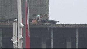 AKMnin çatısına çıkarılan iş makinesi yıkıma başladı