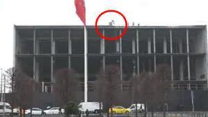 Taksim Meydanında dikkat çeken görüntü AKMnin çatısında görenler şaşırdı