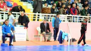 (EK BİLGİLERLE) Yozgatta Büyükler Grekoromen Erkekler Süper Ligi güreş müsabakaları başladı