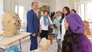 Başkan Uysal heykel atölyesini ziyaret etti