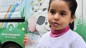 İzmirde Suriyeli çocuklara süt dağıtımına başlandı