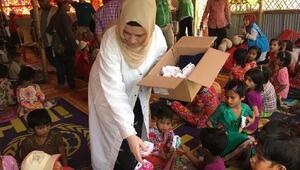 Coxs Bazarda kurulan kamptaki ailelere yardım
