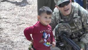 Mehmetçikten Suriyeli çocuğa şefkat