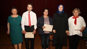 İmitasyon takı kursiyerlerinin sertifika sevinci