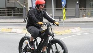 Cem Yılmaz 16 bin liralık bisikletiyle yollarda