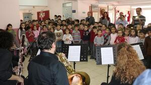 Kırsaldaki çocuklara konser verip, operayı anlatıyorlar