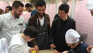Arda Turan ve Emre Belözoğlu Down Sendromlu çocuklarla mutfağa girdi