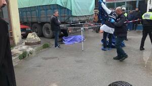 Manevra yapan kamyonun altında kalarak öldü