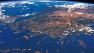 Türkiye ufuk çizgisinin hemen altında Akdeniz'in ucunda hayal meyal uzanıyordu