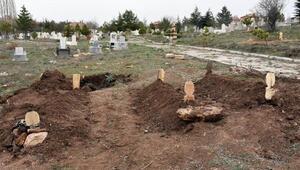 Şarkışladaki katliamda ölen aynı aileden 3 kişi, yan yana toprağa verildi