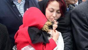Afrin şehidinin kızı babasını elinde oyuncak bebeğiyle uğurladı