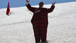 Obeziteye dikkat çekmek için kar banyosu yaptı