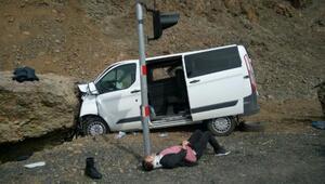 Mahkumun taşındığı cezaevi aracı kayaya çarptı: 5i asker 7 yaralı
