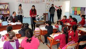 Köy okulu öğrencileri mikroskopla tanıştı