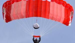 Paraşütçü komandolardan Şehitlere Saygı Atlayışı