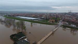 Tunca Nehri taştı... Tarihi köprü sular altında
