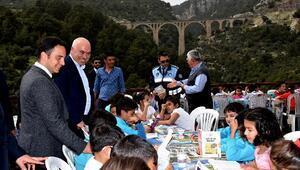 Tarihi Varda Köprüsünde kitap okudular