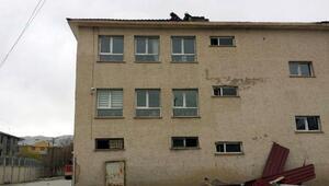 Vanda şiddetli rüzgardan okulun çatısı uçtu