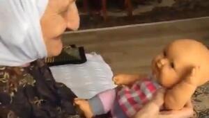 Yaşlı kadının oyuncak bebekle videosu ilgi gördü