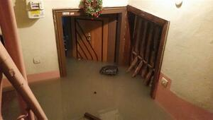 Fatihte su borusu patladı, çok sayıda evi su bastı