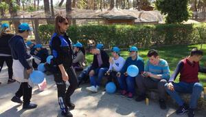 Özel çocuklar, polis ağabey ve ablalarıyla hayvanat bahçesinde