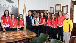 Türkiye şampiyonu güreşçiler Kaymakam Üçeri ziyaret etti