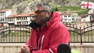 Gürcü gezgin, Amasya'da Türk bayrağıyla poz verdi