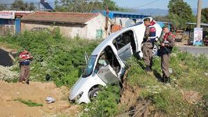 Kavşakta minibüs ile otomobil çarpıştı: 1 ölü, 4 yaralı